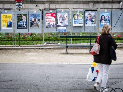 Un transeúnte frente a los carteles de los candidatos a las elecciones regionales en Vannes, Francia, el 22 de junio de 2021.