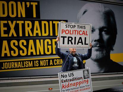 Un activista protesta frente al juzgado londinense de Old Bailey que dirime la audiencia de extradición de Julian Assange, el martes.