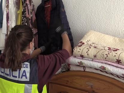 Registro de una de las viviendas en las que vivían miembros del clan en la que se ve ropa de los niños. En vídeo, detención de varios de los integrantes de la banda.
