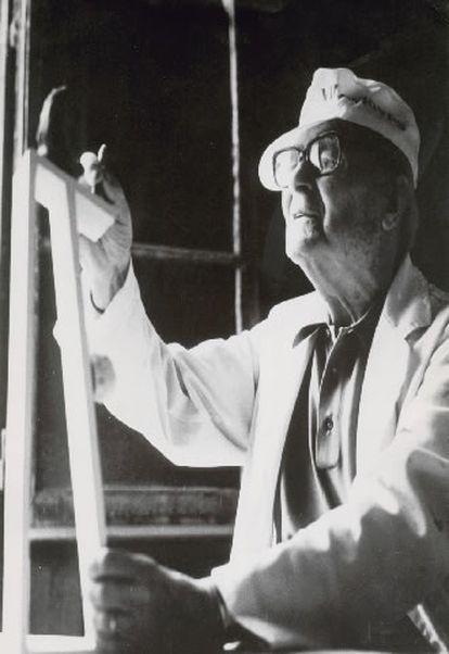 El artista catalán Joan Miró (Barcelona, 1893- Palma de Mallorca, 1983) trabajando sobre el molde original de escayola del Premio Principe de Asturias.
