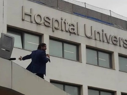 La actuación sorpresa de Antonio Orozco en el tejado del hospital de Bellvitge