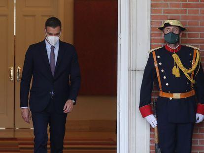 El presidente del Gobierno, Pedro Sánchez, antes de recibir al presidente de Colombia en el palacio de la Moncloa, este jueves.
