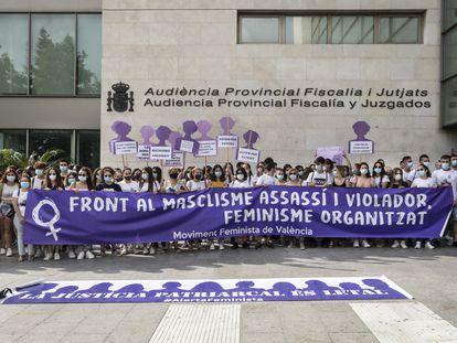 Concentración a las puertas de la Ciudad de la Justicia de Valencia con motivo del juicio de Chella, la pasada semana.
