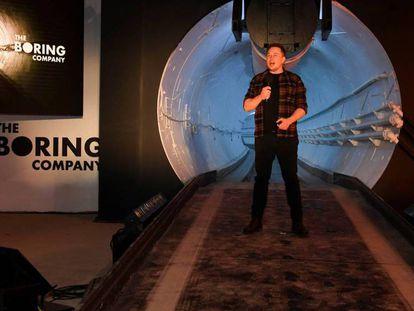 El fundador y consejero delegado de Tesla, Elon Musk, presenta a la prensa un prototipo de túnel. En vídeo, así funcionará el túnel de Musk.