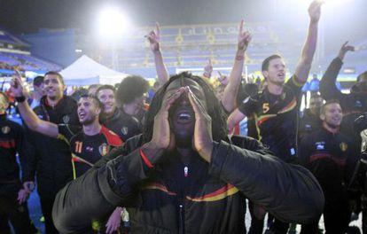 Lukaku y sus compañeros de Bélgica celebran el pase.