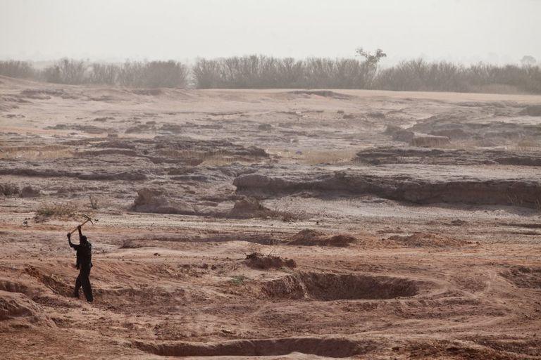 Un hombre trata de arar tierra infértil cerca de Koulomboutey, en Níger.
