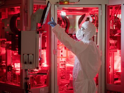 Técnico de la compañía Volkswagen trabaja en la fabricación de baterías para coches eléctricos en la planta de Salzgitter, Alemania.