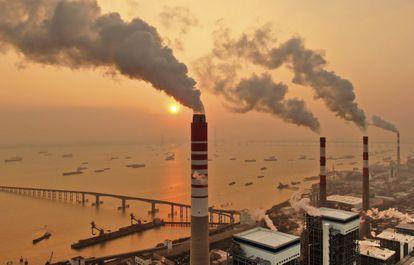 Chimeneas de una central eléctrica de carbón en Nantong, en China.