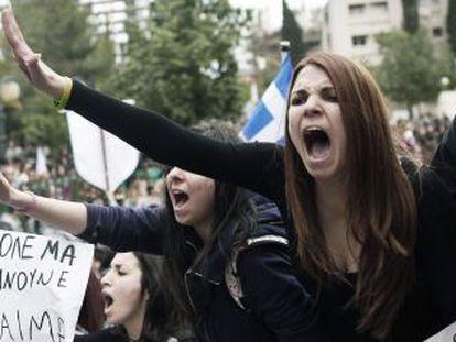 Estudiantes chipriotas protestan frente al palacio presidencial.