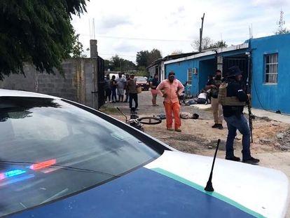 Agentes de la policía estatal resguardan el área donde un comando armado asesinó a varias personas este sábado, en la ciudad de Reynosa (México).