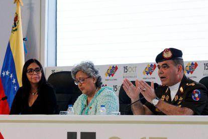 Delcy Rodriguez, la presidenta del Consejo Nacional Electoral, Tibisay Lucena, y Vladimir Padrino, este viernes en una rueda de prensa.