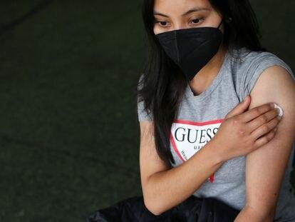 Una joven es vacunada contra el coronavirus en Xochimilco, Ciudad de México.