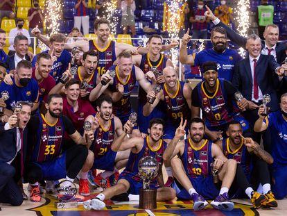 Los jugadores y el cuerpo técnico del Barcelona celebran la Liga ACB.