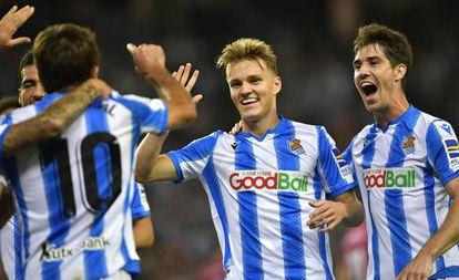Martin Odegaard celebra con sus compañeros el primer gol de la Real Sociedad al Alavés