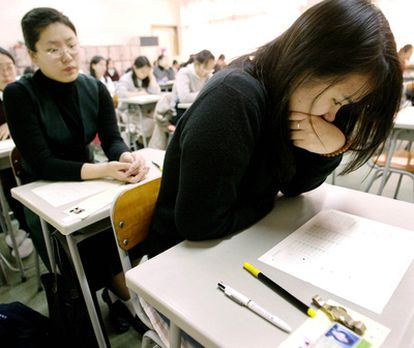 Estudiantes surcoreanos en un examen de acceso a la universidad en Seúl.