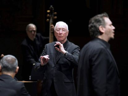 El director William Christie (c) y el alemán Wilhelm Schwinghammer (d), en el papel de el Rey, durante la representación en versión de concierto de la ópera Ariodante en el Teatro Real, en Madrid.