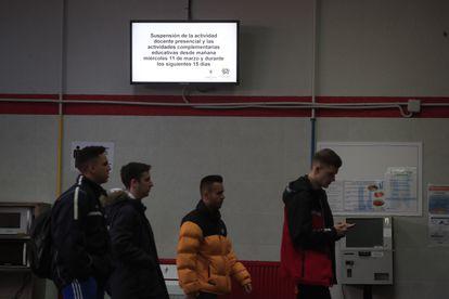 Una pantalla avisa de la suspensión de la actividad docente en la Facultad de Ciencias de la Información en la Universidad Complutense, este martes.