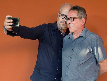 Claudio López Lamadrid se hace un selfi con el escritor César Aira.