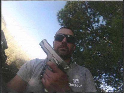 Igor el Ruso muestra un arma en un 'selfie' que aparece en el sumario de la causa.
