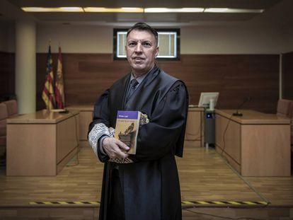 Ximo Bosch, en una sala de justicia con su libro recomendado.
