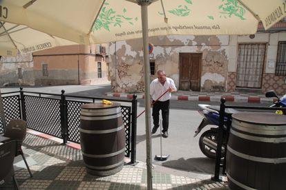 Un hombre barrió una de las calles de la ciudad de Hinanea en Granada, donde se ubicó el sábado a las 11:30 horas el epicentro de un sismo de 4,2 grados.