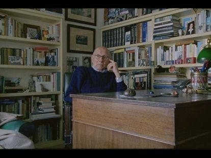 """Imagen del documental 'Mario Camus, según el cine"""", con el cineasta cántabro en su piso de Santander. A sus espaldas asoma un retrato en blanco y negro de Ignacio Aldecoa."""