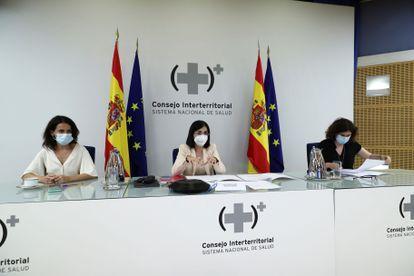 La ministra de Sanidad, Carolina Darias (en el centro), acompañada por la secretaria de Estado de Sanidad, Silvia Calzón (izquierda), ofrece una rueda de prensa tras la reunión del Consejo Interterritorial del Sistema Nacional de Salud, este martes en Madrid.