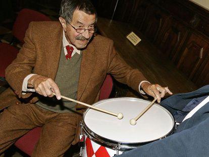 Günter Grass toca el tambor en su 80 cumpleaños en su ciudad natal de Gdansk.