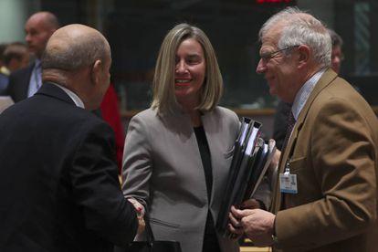 La Alta Representante de Política Exterior de la UE, Federica Mogherini, con los ministros de Asuntos Exteriores de España, Josep Borrell, y de Francia, el pasado lunes en Bruselas. (AP Photo/Francisco Seco)