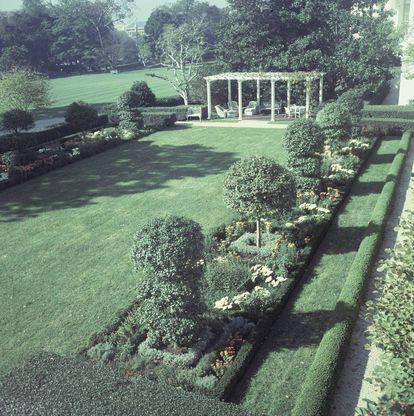 El jardín Jackie Kennedy en 1967, poco después de su inauguración. Fue nombrado –aunque también President's garden– así en honor a la esposa del presidente John F. Kennedy y diseñado por la paisajista Lyndon Baines Johnson, aunque sin la participación de la primera dama.  