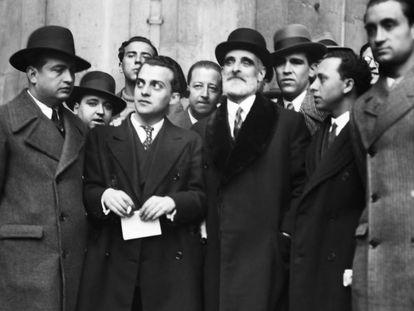 El líder de la Lliga Regionalista, Francesc Cambó, rodeado de periodistas.
