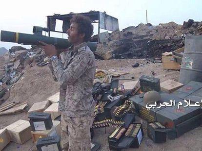 Un rebelde huthi con un lanzagranadas español C90, cerca de la frontera entre Arabia Saudí y Yemen.