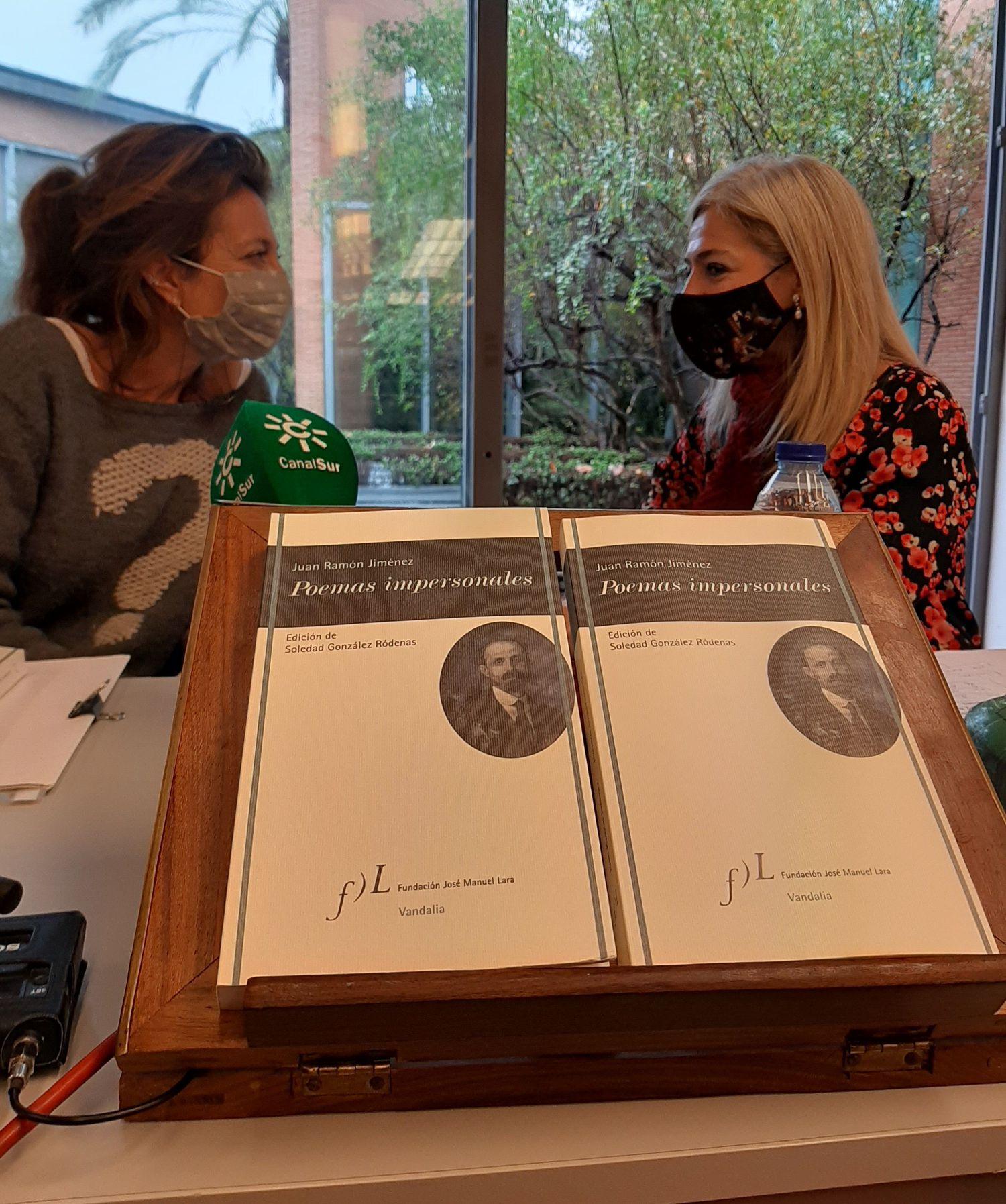 A la izquierda, Rosa García Gutiérrez, directora de la Cátedra Juan Ramón Jiménez, y Patricia del Pozo, consejera de Cultura de la Junta de Andalucía, este jueves en Sevilla en la presentación de 'Poemas Impersonales', de Juan Ramón Jiménez.