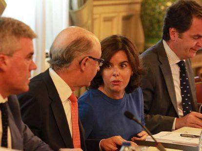 La vicepresidenta del Gobierno, Soraya Sáenz de Santamaría, y el ministro de Hacienda, Cristóbal Montoro, presiden la reunión del comité preparatorio, de impulso y de seguimiento de la Conferencia de Presidentes, hoy en Madrid.