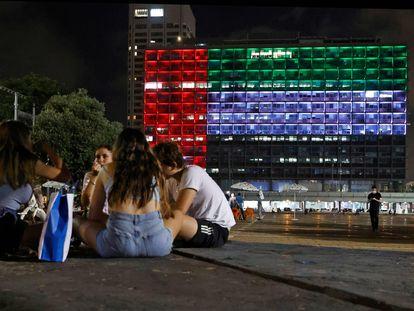 La sede del Ayuntamiento de Tel Aviv, iluminada el día 13 con los colores de la bandera de Emiratos.