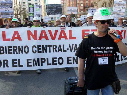Manifestación de los trabajadores de La Naval este martes junto al Gobierno vasco en Bilbao.