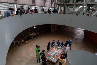 El público observa el desarrollo de la competición en el torneo de robótica del Embarcadero, en Cáceres.