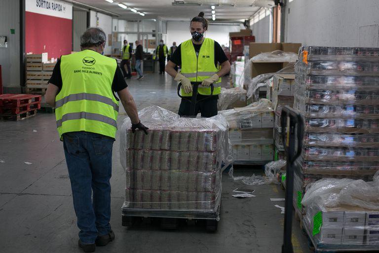 Dos voluntarios en el Banco de Alimentos de Barcelona.