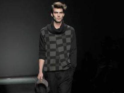 El modelo Jon Kortajarena luce hoy un diseño de la firma Miriam Ponsa en la pasarela de moda 080 Barcelona Fashion.