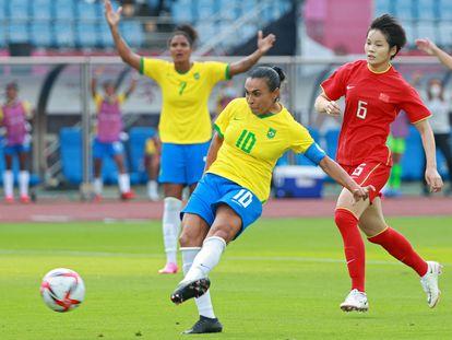 Marta, en el momento de marcar un gol ante China.