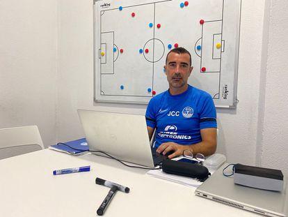 Juan Carlos Carcedo, en su oficina de Can Misses. El entrenador de la UD Ibiza logró el ascenso a LaLiga SmartBank en su primera temporada en el cargo.
