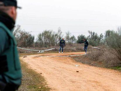 Un guardia civil observa el lugar en el que fue encontrado el cuerpo de la mujer, en Meco.