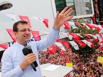 El candidato socialdemócrata a la alcaldía de Estambul, Ekrem Imamoglu, saluda a sus seguidores durante un acto de campaña este jueves en el distrito de Ümraniye.
