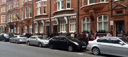 Las colas en el Consulado en Londres, el pasado lunes.