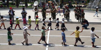 Desfile infantil en el cierre de una operación humanitaria.