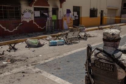 La Guardia Nacional resguarda el Palacio Municipal de Progreso de Obregón, incendiado el viernes en protesta por la muerte de Beatriz Hernández.