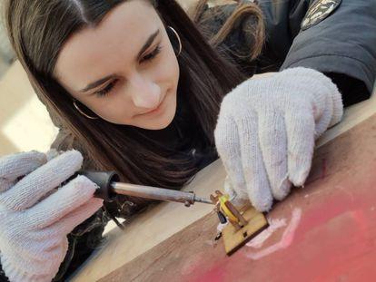 Una joven estudiante trabajando en un espacio 'maker'.