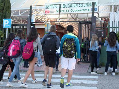 Alumnos a la entrada del Instituto de Educación Secundaria Sierra de Guadarrama, en Soto del Real (Madrid).