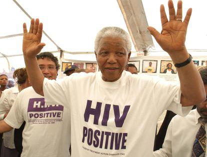 Nelson Mandela, durante una visita a Khayelitsa en 2002 en la que decidió vestirse con la camiseta que le habían entregado los miembros de MSF y la Campaña de Acceso a Medicamentos (TAC).