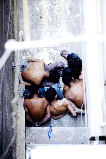 Cinco detenidos, fotografiados en un patio del barrio de Garden City, El Cairo, cuando estaban siendo torturados por la policía militar a plena luz del día, el 10 de marzo de 2011.